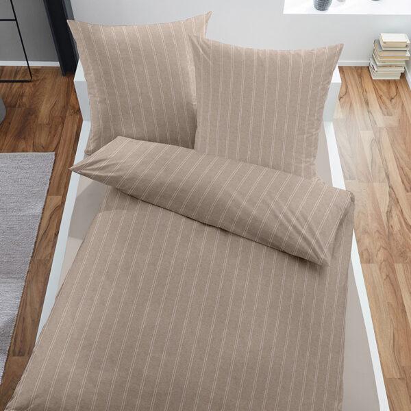 Bettwäsche Melange im Design Dark Pinstripes Beige auf einem Bett