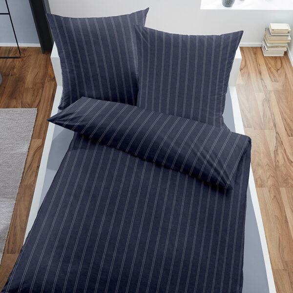 Bettwäsche Melange im Design Dark Pinstripes Blue auf einem Bett