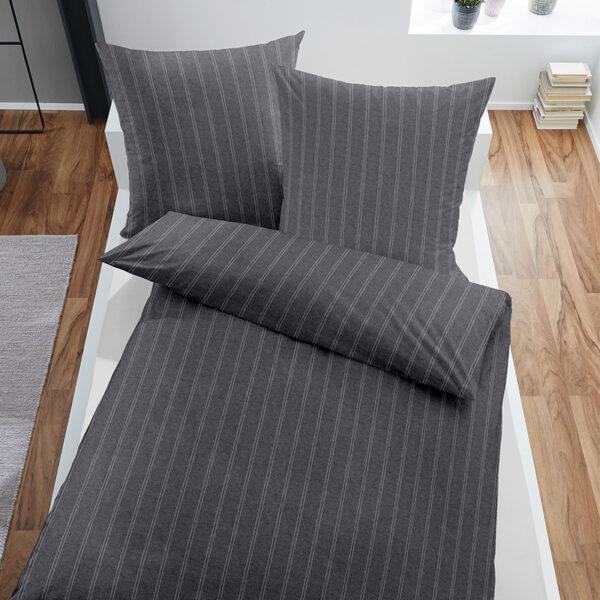 Bettwäsche Melange im Design Dark Pinstripes Grey auf einem Bett